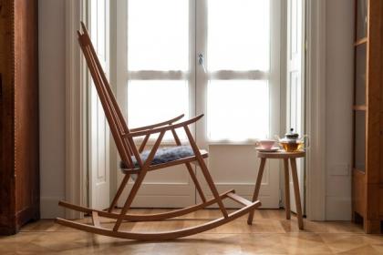 Fotel bujany do nowoczesnego salonu
